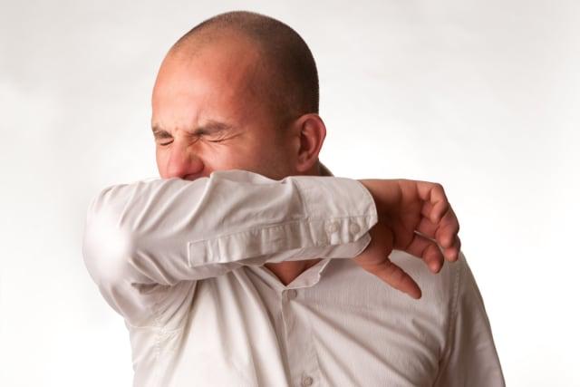 Cómo cubrir correctamente un estornudo para no esparcir los gérmenes