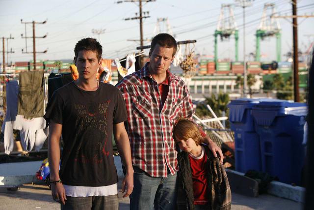 """Narra la historia de amor de Zach (Trevor Wright) y Shaun (Brad Rowe) en las playas de California. Zach se enamora del hermano mayor de su mejor amigo. Ambos son surfistas por lo que el roce está asegurado. Mientras tanto, Zach se convierte en """"padre"""" improvisado de su sobrino. Aclamada película independiente que reivindica el derecho de los homosexuales a poder adoptar y a formar una familia."""
