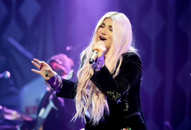 """""""No amo sólo hombres. Amo personas. No es sólo acerca del género. Es acerca de lo que el espíritu de la persona con la que estás te transmite"""", dijo la estrella de pop. Aunque se ha mantenido ambigua en este sentido, Kesha demostró que no es nada reservada sobre lo que pasa en su intimidad."""