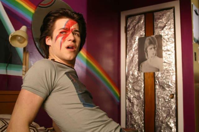 Dirigida po rJean Marc Vallée('Dallas Buyers Club', 'Alma salvaje'), 'C.R.A.Z.Y. ' es una de las películas de temática gay más populares y mejor consideradas de los últimos años. Esta cinta canadiense cuenta la historia de un adolescente de Quebec durante la década de los 70 . Reverenciando a la icónica figura de David Bowie , indiscutible referente LGBT, 'C.R.A.Z.Y.' explora la sociedad de la época a través de la homosexualidad de su protagonista, y cómo esta afecta a su vida y a su familia.
