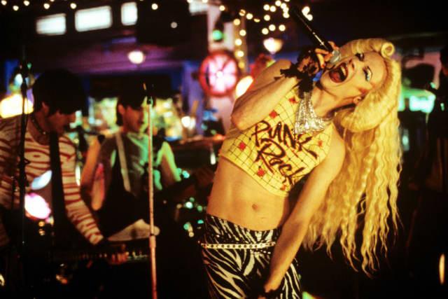Técnicamente, ' Hedwig and the Angry Inch'  no es una película adolescente, pero su fascinante historia puede servir de inspiración y motivación para aquellos jóvenes que se encuentren explorando su identidad de género . Este original musical aúna las sensibilidades post-punk y neo-glam para hablarnos de un músico genderqueer que lidera una banda de rock y descubrirnos el complicado pasado que le ha llevado a ser quien es.John Cameron Mitchelldirige y protagoniza el film, basado en el exitoso musical de teatro del mismo nombre, y que cuenta con un gran culto .