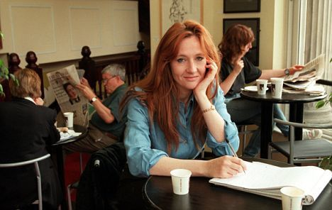 J.K. Rowling sentada em um café enquanto escreve