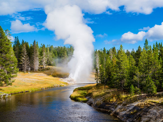 Which state does Yellowstone National Park NOT go through?
