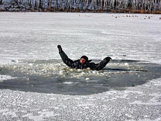 Картинки по запросу падение под лед на зимней рыбалке