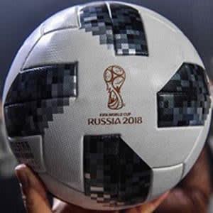 Este balón rinde tributo al primer ejemplar que creó Adidas para la Copa  Mundial de la historia hace 50 años. Presenta una nueva carcasa 4e8d7c5444d26
