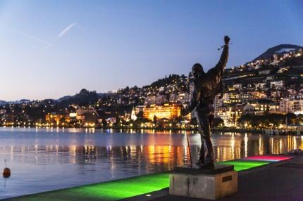 Panorámica de la estatua de Freddie Mercury durante el atardecer en Montreux