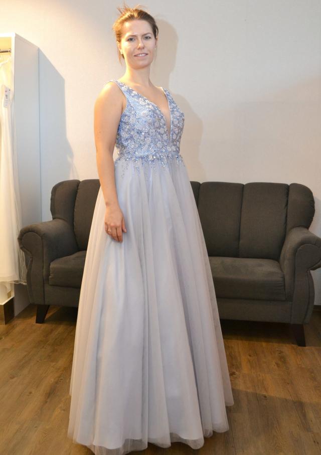 Weil die Taille weit oben sitzt, ist das Kleid, das Linda Boltz trägt, besonders gut für kleinere Frauen geeignet.