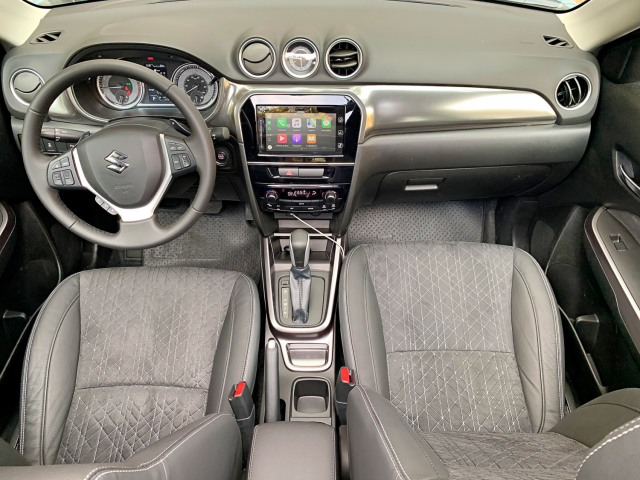 Además de techo panorámico, cuenta con asientos de gamuza y pantalla compatible con Apple CarPlay.