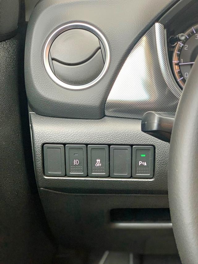 Integra sensores de estacionado que pueden desactivarse con un botón.