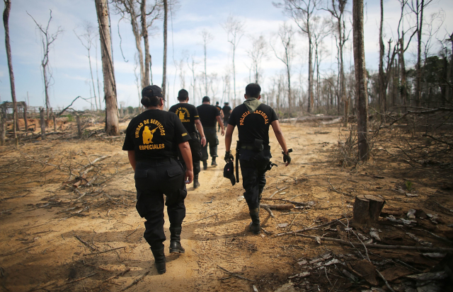 Unidad de Servicios Especiales en la zona de minería ilegal en Perú