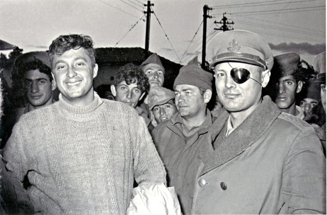 יחידה 101 שנת 1954: משה דיי ואריק שרון. צילום: במחנה