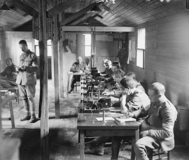 El código Morse ha tenido muchos usos, sobre todo militares pues fue utilizado en la comunicación durante la Primera y Segunda Guerra Mundial.