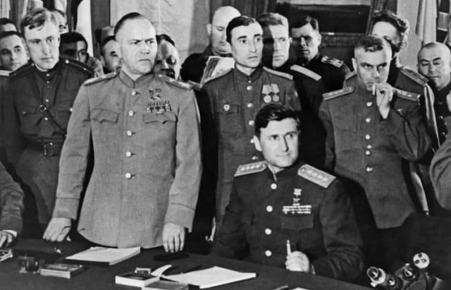 El Acta de rendición incondicional se firmó en las afueras de Berlín, capital de Alemania, el 8 de mayo de 1945 a las 22H43 hora local (9 de mayo a las 00H43 hora de Moscú) por el mariscal de campo Wilhmen Keitel ante el comandante del Ejército Rojo, Gueorgui Zhúkov, y representantes de las tropas aliadas.