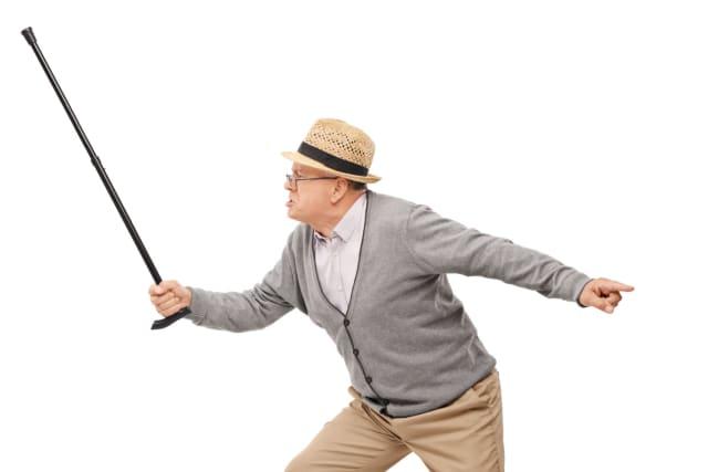 En primer lugar se debe evitar forcejear o rebatir físicamente con el anciano pues esto podría aumentar el grado de ira y estrés que experimenta en ese momento. Evitar a toda costa darle direcciones o mandatos, ya que esta situación terminaría por elevar la molestia interna del adulto mayor. Siempre es muy útil mantener un tono conciliador y amigable. Disculparse en lugar de discutir es altamente provechoso.
