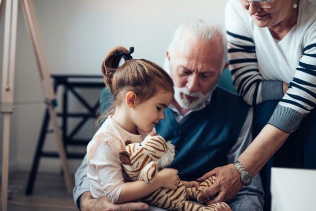 Mira de visitar almenys dues vegades al dia les persones grans i en situació vulnerable, manteniu-vos en contacte freqüent. Procura que segueixin aquests consells i si prenen medicació, revisa amb el metge si aquesta por influir en la termoregulació.