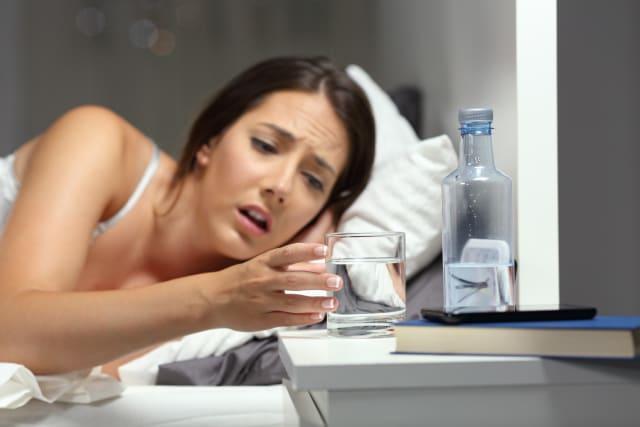 Pel que fa a la deshidratació, els símptomes més comuns són mal de cap, sequedat de boca, cansament, dificultat de concentració, intolerància a la calor, augment de la temperatura corporal, cremors d'estómac i taquicàrdia. Si la deshidratació és lleu, beure líquids és suficient. Convé beure'n petites quantitats amb freqüència, sobretot en infants, en lloc d'una gran quantitat de cop perquè pot provocar més vòmits. Els casos greus requereixen atenció mèdica immediata.