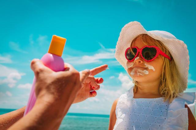 Si es treballa a l'aire lliure, cal posar-se crema crema solar 20 minuts abans de començar la jornada i regularment al llarg del dia. En aquest cas és aconsellable factor de protecció 30 o superior en les zones cutànies exposades al sol.