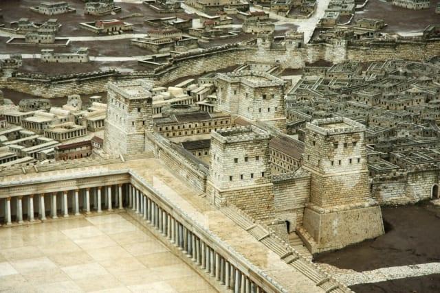 De Tweede Tempel, die in 349 vGT werd gebouwd, heeft meer dan 400 jaar gestaan.  Het werd in 70 GT verwoest door de Romeinen, geleid door de man die keizer Titus zou worden.  Hij en zijn legers belegerden Jeruzalem en als gevolg daarvan stierven meer dan 2 miljoen Joden die in de stad woonden aan ziekte, honger of werden vermoord toen de Romeinse legers de stad binnenvielen. Drie weken lang woedden er gevechten tussen de Joden en de Romeinen, en Tisha Be'Av culmineerde in een eindstrijd.  De Joden verloren, ondanks een sterke strijd. Hoewel Titus naar verluidt beval de tempel niet te verbranden, staken zijn soldaten hem later die dag in brand.  Daarna brachten de Romeinen afgoden naar wat er nog over was van de Tweede Tempel en brachten offers aan hun goden.  De heilige vaten en al het gevonden goud werden ook door de Romeinen gestolen.