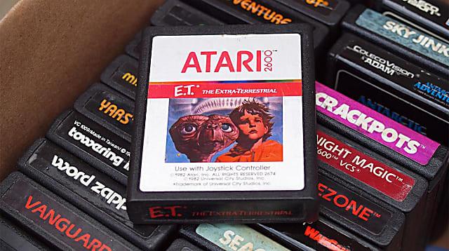 """Uno de las razones de la caída en picada de la empresa Atari fue las malas ventas del juego ET, inspirado en la película estadounidense del mismo nombre, de Steven Spielberg. Confiados del posible éxito del videojuego para Atari 2600, la compañía fabricó más cartuchos que el número de videoconsolas vendidas, pero luego fue catalogado como el peor juego del mundo. Según cuenta la leyenda urbana, Atari enterró los juegos en un desierto de Nuevo México, para evitar el elevado coste de almacenamiento. En el lugar donde se cree que se enterraron hay un cartel que dice: """"Aquí descansa ET y su familia""""."""