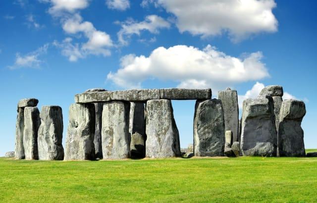 """En el año 2000, un grupo de investigadores intentó mover una piedra gigante similar a las presentes en Stonehenge desde Gales a Salisbury (un viaje por tierra y mar) utilizando únicamente la fuerza de algunos hombres y los """"vehículos"""" con los que contaban las tribus en la época. El recorrido era de 386 kilómetros y fue tan complejo que la roca terminó hundiéndose en el mar, se les hizo imposible trasladarla."""
