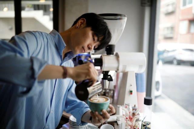 Cuando tenía 17 años y cumplía su servicio militar, trabajó en la cafetería del ejército y se enamoró instantáneamente de la industria del café.