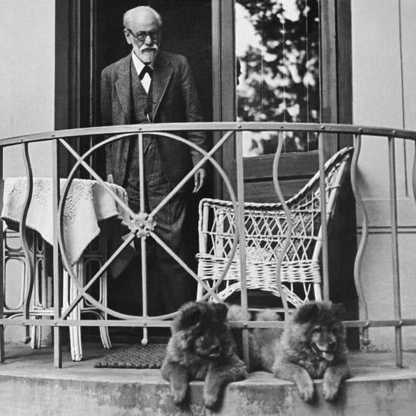 Sigmund Freud, con dos de sus perros en Viena en 1936.
