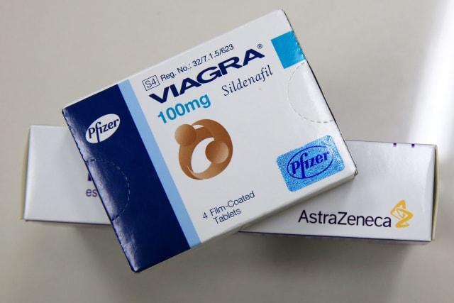 La invención del Viagra fue un accidente milagroso. Los investigadores de Pfizer estaban probando lotes de una nueva medicina para la angina (dolor en el pecho) llamada UK-92480 cuando los sujetos de prueba comenzaron a reportar una inusual, rigidez. Otras pruebas revelaron que UK-92480 inhibía la producción de una enzima, provocando erecciones. Renombrado Viagra, la revolucionaria píldora se convirtió en el fármaco más vendido de todos los tiempos, Pfizer informó de más de $ 2 mil millones en ventas solo en 2012.