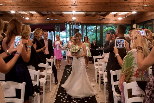 En septiembre de este año la italiana Laura Mesi se casó con ella misma, convirtiéndose en la primera mujer en asumir esta modalidad en Italia. La fiesta contó con 70 invitados.-