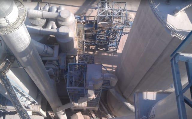 Lafarge inaugure sa cimenterie, enfin rénovée. Elle affiche une capacité de production annuelle de 2,6millions de tonnes de ciment. Les 680 millions de dollars (600 millions d'euros environ) investis par Lafarge dans ce site en font le plus important investissement étranger en Syrie, hors pétrole.