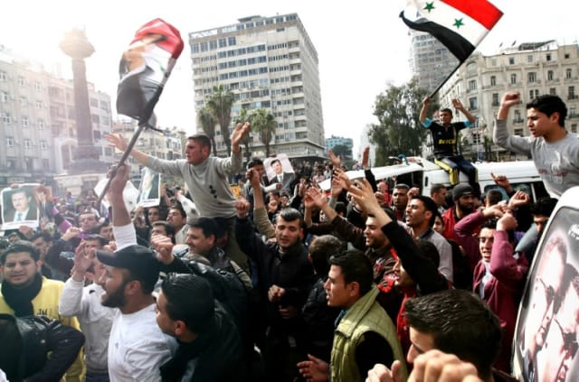 Printemps arabes: depuis décembre 2010, les peuples de plusieurs pays du monde arabe se révoltent contre leurs dirigeants. Mi-mars 2011, les Syriens descendent à leur tour dans la rue pour demander le départ d'Assad. Le régime reste sourd et réprime violemment les soulèvements. En neuf mois, on compte déjà 5000 morts. Les premiers d'une hécatombe à venir et de plusieurs années d'une guerre sans fin.