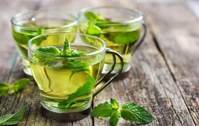 Мята помогает улучшить пищеварение, снижает давление, стимулирует выделение достаточного количества желудочного сока, успокаивает нервы и помогает при бессоннице.