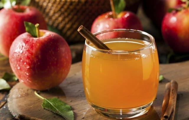 Данный напиток полезен для почек, мочевого пузыря, печени, при атеросклерозе сосудов. Яблочный сок с мякотью хорошо влияет на работу кишечника, способствует выведению токсинов.