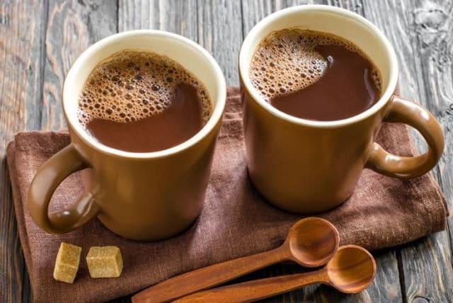 Какао помогает нормализовать кровяное давление и уменьшает риск возникновения сердечно-сосудистых заболеваний. Является естественным антидепрессантом и стимулятором. Богат на микроэлементы и витамины.