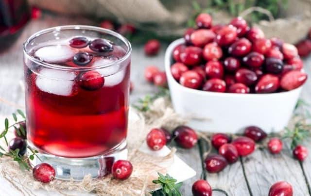 Клюквенный морс действует как жаропонижающее, содержит максимум витамина С. Этот напиток способствует выводу токсинов, повышает активность, обладает мочегонным эффектом.