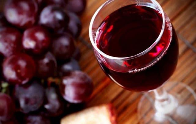 Этот напиток полезен для сердца и сосудов, является прекрасным антиоксидантом. Красное вино борется с раковыми клетками. Как и в случае с пивом, главное не злоупотреблять им. Рекомендованная доза – не более 150 г. в день.