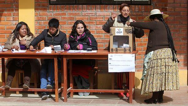 """El Gobierno de Evo Morales ha trabajado por la inclusión social del pueblo indígena a nivel económico y político. """"La presencia de asambleístas de todos los colores, de todos los sectores es muestra de la construcción del Estado Plurinacional de Bolivia, aquí es la muestra de que llegó el pueblo al poder"""" dijo el presidente Morales este lunes ante la Asamblea Nacional. El mandatario reiteró que la clase media aumentó en más de tres millones de personas y que su nación no sufre de desigualdad social por las políticas que ha implementado durante 12 años de mandato."""