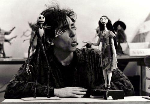 Tim Burton (1958), es un artista, director, productor, escritor, dibujante y diseñador estadounidense, conocido por ser el principal representante del movimiento gótico en Hollywood. Sus obras suelen ser fantasiosas, abstractas y expresionistas. Su personalidad irreverente y su estilo innovador lo han posicionado como uno de los directores más respetados de la industria cinematográfica.