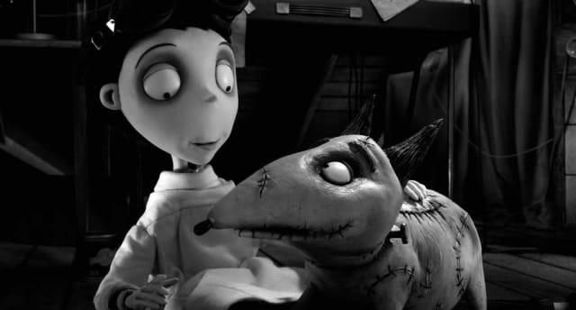 """Una de las películas más polémicas de Burton, es """"Frankenweenie"""" (2012), que narra la historia de un niño que resucita a su perro con ayuda de la ciencia.  Para el director nunca ha sido un problema mostrarle al público la muerte como un concepto normal, no tenebroso: """"La muerte es algo inminente, debemos romper el paradigma y jugar con el concepto, todos vamos hacia allá, entonces... ¿por qué no?"""", dice Burton."""