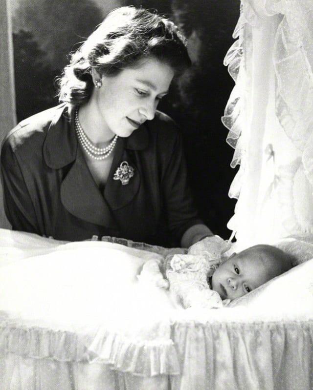 Reina Isabell II y el príncipe Carlos