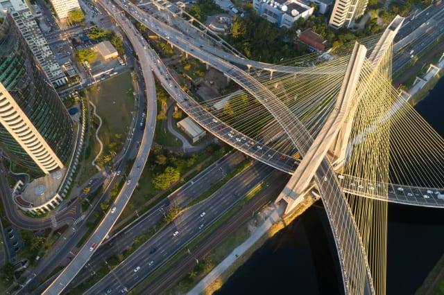 La ville de Sao Paulo au Brésil connait aussi des bouchons dantesques. Ainsi, les conducteurs ont passé 86 heures dans leur voiture en 2017. Pour les plus aisés, une application, Voom, permet d'obtenir un hélicoptère afin de se déplacer au plus vite !