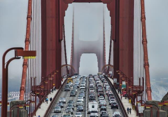 """La ville de San Francisco aux Etats-Unis connait les mêmes déboires que les villes précédentes.  Avec 79 heures passées dans les embouteillages, la patience des automobilistes de la baie est mise à rude épreuve. Des vélos électriques sont mis à disposition des habitants afin de """" rendre San Francisco plus vivable"""" et """"réduire les embouteillages"""" selon la régie des transports de la ville."""