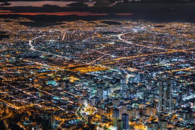"""En Colombie, la ville de Bogota n'est pas épargnée par les embouteillages. En moyenne, les conducteurs ont passé 75 heures dans leur véhicule à attendre une décongestion des axes routiers. La ville tente de remédier à cette circulation chaotique avec le système '""""Pico y placa """" qui impose une circulation alternée entre immatriculations paires et impaires."""