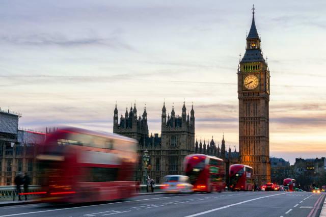 La ville de Londres, en Angleterre, est aussi confrontée à de nombreux embouteillages. En 2017, les automobilistes londoniens ont passé 74 heures pare-choc contre pare-choc, en attendant que le trafic reprenne. Un péage urbain a été installé dans la ville afin de résoudre ce problème de circulation et encourager les voyageurs à utiliser les transports en commun.