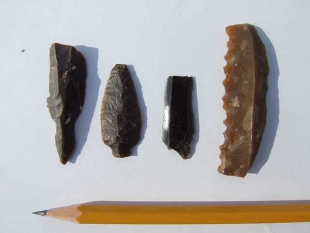 כלי צור וראשי חץ מהתקופה הנאוליתית. צילום: רשות העתיקות