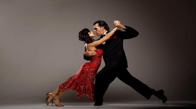Es una danza de pareja enlazada estrechamente, surge a partir de la fusión de danzas y ritmos afro-rioplatenses, gauchos, latinoamericanos y europeos. Es un baile característico de la región del Río de la Plata y su zona de influencia, de la ciudad de Buenos Aires , capital respectivamente de Argentina, que se extendió por todo el mundo. Se caracteriza por el abrazo estrecho de la pareja, la caminata tanguera, el corte y la quebrada, y la improvisación. En todo el mundo bailar un tango es sinónimo de seducción, se considera un arte complejo.