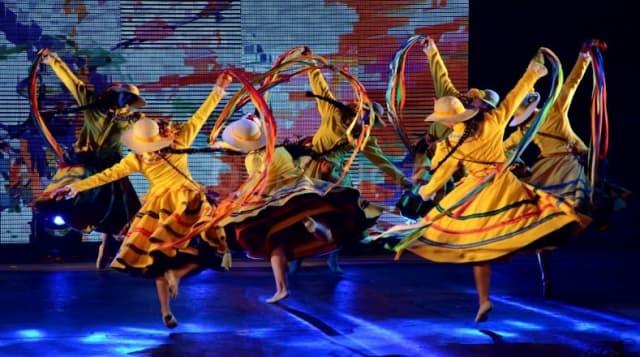 Es una danza de conjunto, es decir, se baila en grupos y con varias parejas, que realizan coreografías al compás de la música. Los danzantes se mueven en torno a los músicos o en hilera. Una mujer o un hombre con un pañuelo (o banderín adornado con cintas) en la mano se encarga de dirigir. Todos cantan la misma copla o entrecruzan improvisaciones.
