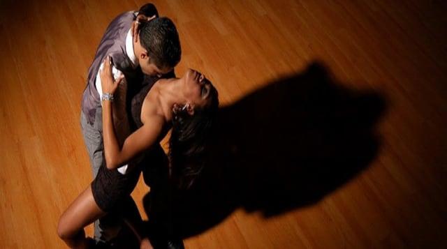 Es un baile haitiano popularizado desde mediados de los años cincuenta. Algunos autores consideran que es una evolución del meringue, ritmo bailado y cantado en Haití desde finales del siglo XIX. Se baila en pareja y en el son esenciales los movimientos sensuales de caderas entre el hombre y la mujer.