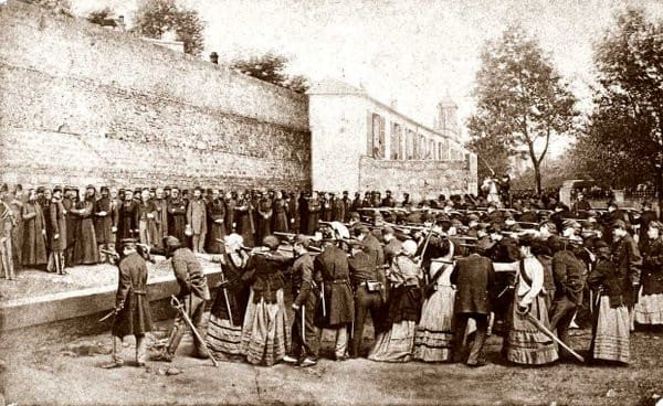 """Si bien no hay cifras exactas, unos 20.000 y 50.000 parisinos murieron en aquellos días. Además, se calculan cerca de 40.000 arrestados y miles fueron deportados a campos inhóspitos en Nueva Caledonia. Los consejos de guerra señalaron 13.450 sentencias, entre ellos 157 mujeres y 80 niños. Thiers ordenó que se exhibieran sus cadáveres para dar una """"lección"""" a los rebeldes."""