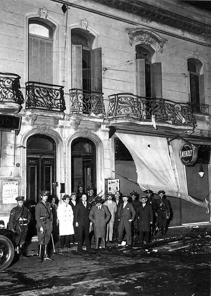 Impulsó el acercamiento entre el Estado y los trabajadores, entre sus proyectos estaba la integración política de la clase obrera urbana y la comunicación directa de los sindicatos con el gobierno.Sin embargo, durante su mandato, entre 1919 y 1921, ocurrieron dos sucesos de represión contra trabajadores que dejaron centenares de muertos: la Semana Trágica y la Patagonia.Yrigoyen fue derrocado en 1930 por un grupo de militares comandados por José Félix Uriburu.