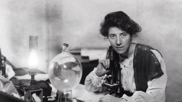 Marie Stopes  (1880-1958) fue una científica y paleontóloga que dedico su vida -además de al estudio de la reproducción de las flores y el registro de fósiles botánicos-, a defender los derechos de las mujeres.